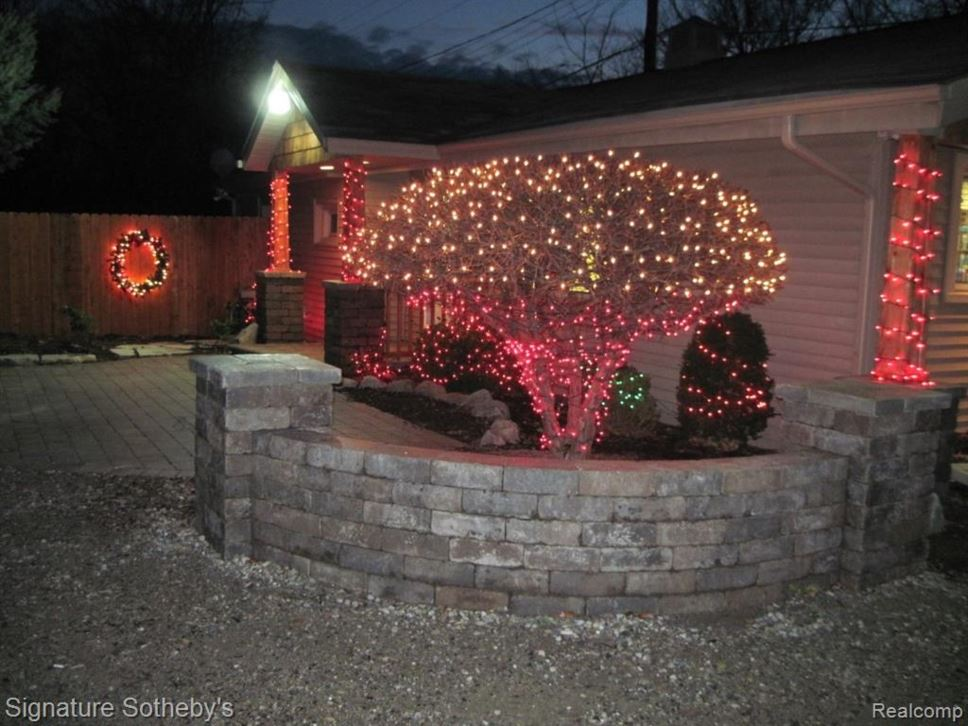 Christmas Lights Near Me 2020 48329 6005 HATCHERY Road, Waterford, MI 48329