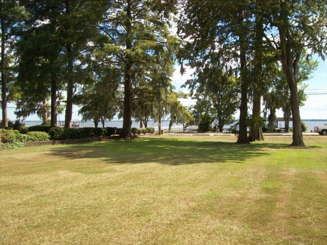 201 Canal Cove Road, Lake Waccamaw, NC 28450