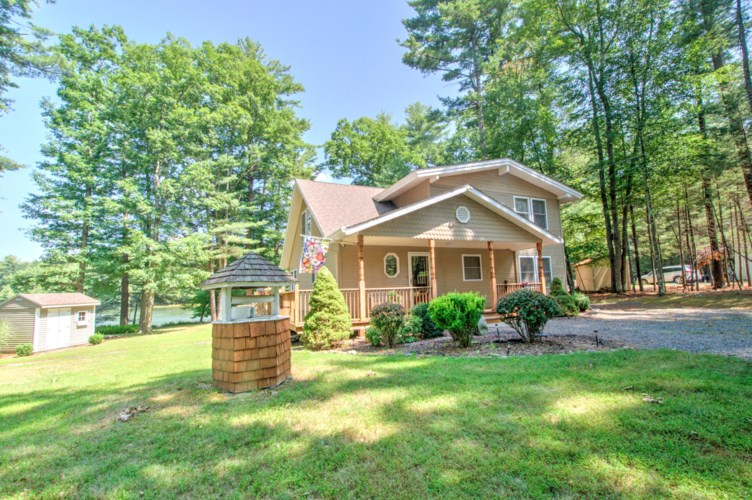 135 Hemlock Point Ct, Hawley, PA 18428