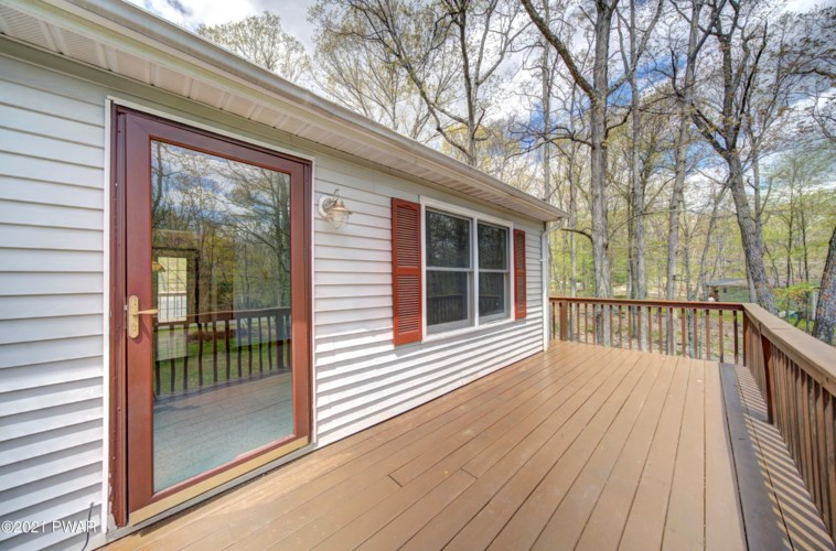 240 Lower Lakeview Dr, Hawley, PA 18428
