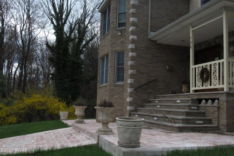 102 Basswood Dr, Lords Valley, PA 18428