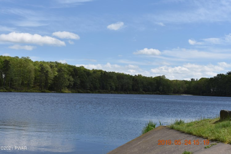 209 E Lake Dr, Milford, PA 18337
