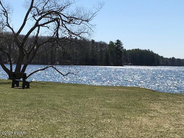 259 Fawn Lake Dr, Hawley, PA 18428