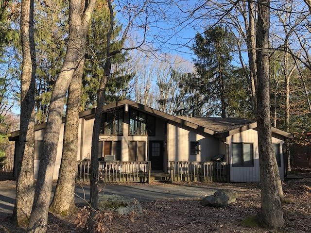 213 Hillside Dr, Lords Valley, PA 18428