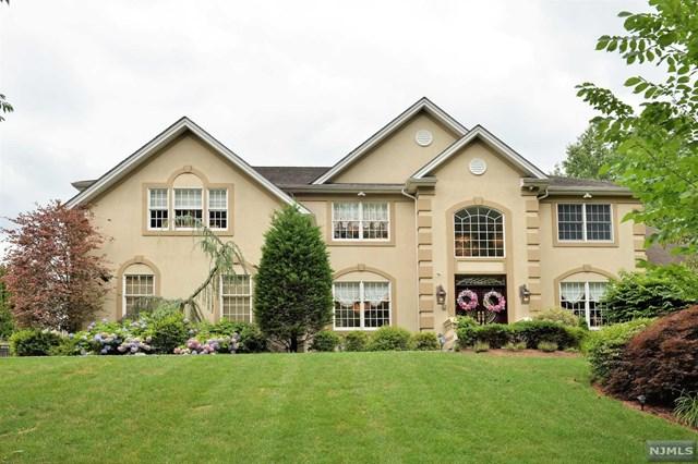 204 Farmington Lane , Paramus, NJ 07652