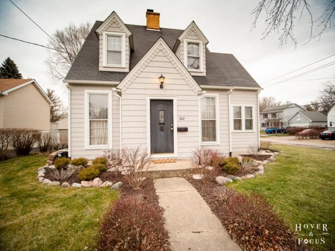 302 Ridgeland Avenue, Woodstock, IL 60098