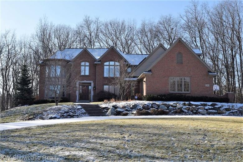 1300 OAK HOLLOW Drive, Milford, MI 48380