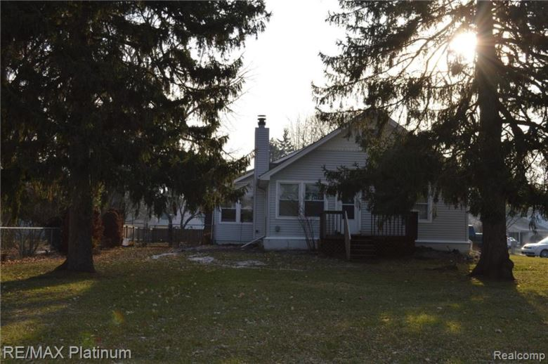 915 BRIGHTON LAKE Road, Brighton, MI 48116