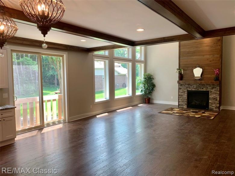 2345 Pine Bluffs Ct, Highland, MI 48357