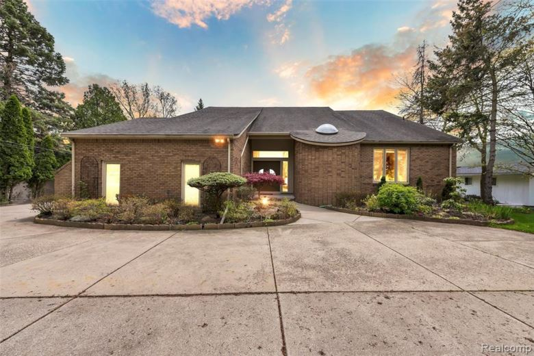 1813 Long Pointe Drive, Bloomfield Hills, MI 48302