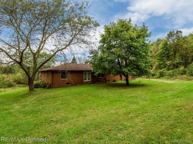 601 LAKE GEORGE Road, Oakland, MI 48363
