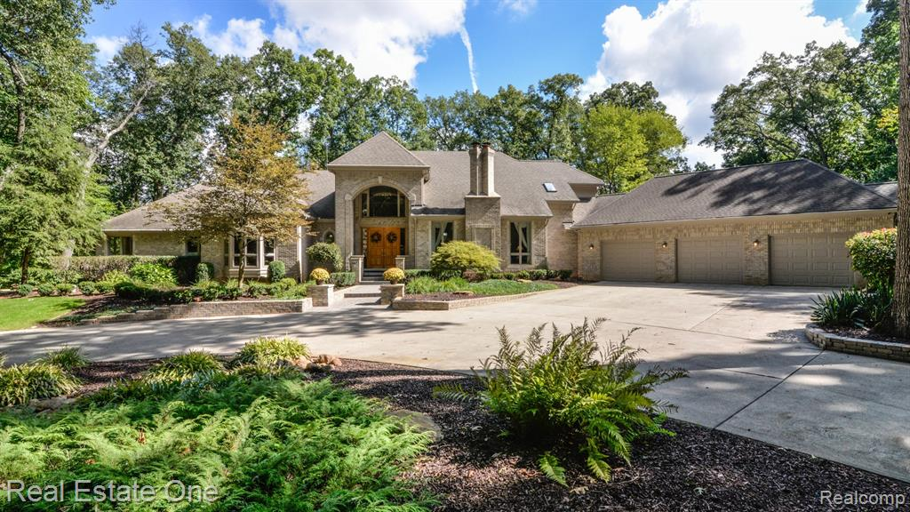 9673 CROSS CREEK Drive, South Lyon, MI 48178