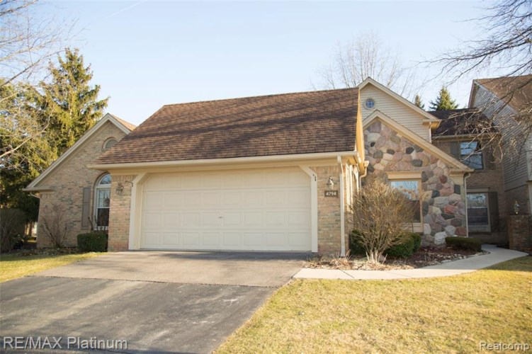 4794 PINE EAGLES Drive #10, Brighton, MI 48116
