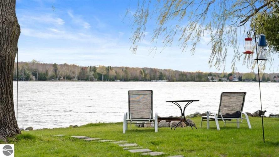 497 N Twin Pines Drive, Lake Leelanau, MI 49653