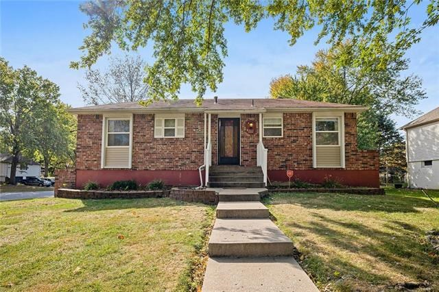 813 NW Castle Drive, Blue Springs, MO 64015