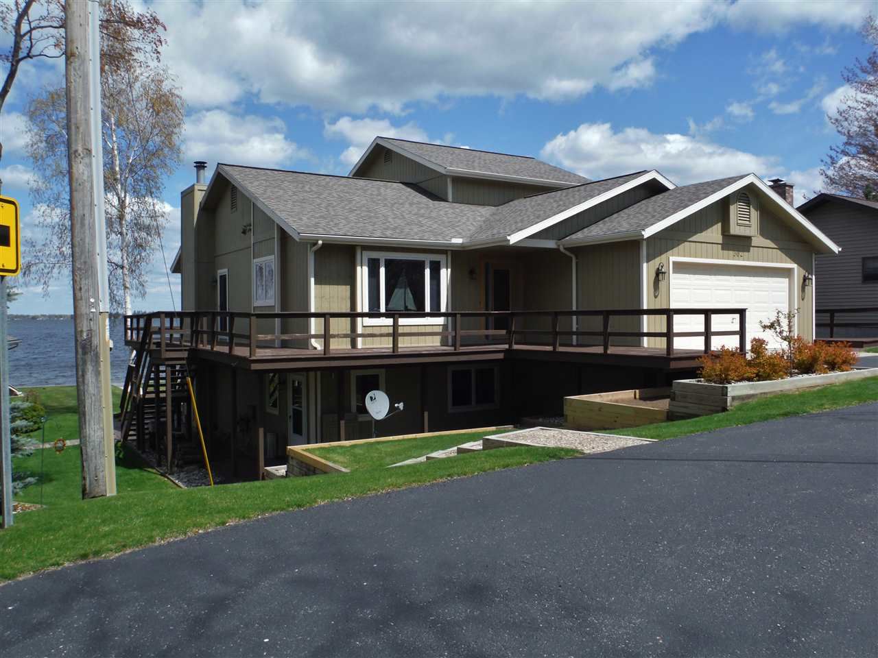 302 IROQUOIS Ave, Houghton Lake, MI 48629