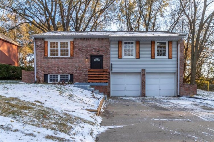 2800 NW Castle Drive, Blue Springs, MO 64015