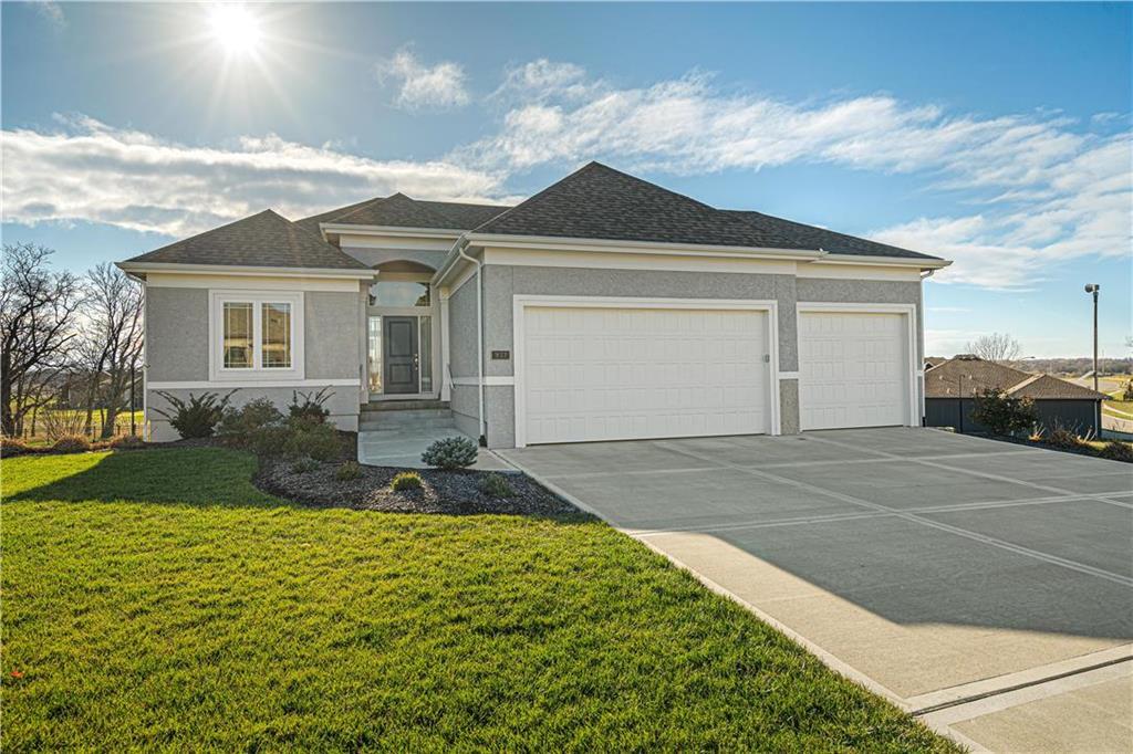 933 Creekmoor Drive , Raymore, MO 64083