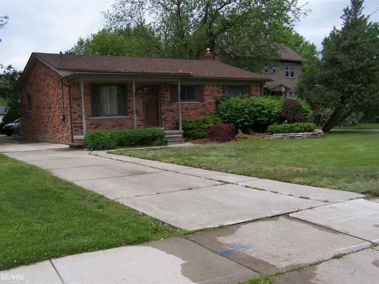 33915 Jefferson Ave, Saint Clair Shores, MI 48082