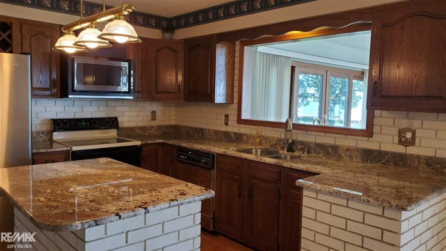 48810 Point Lakeview St, Chesterfield Twp, MI 48047