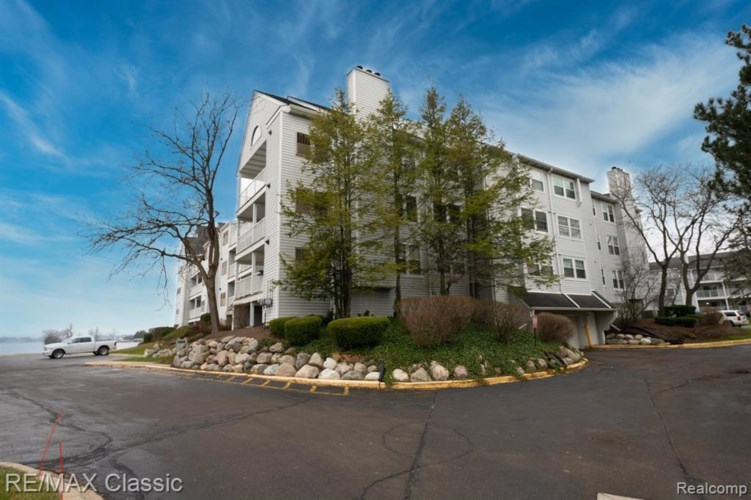 3565 PORT COVE DR APT 82, Waterford, MI 48328
