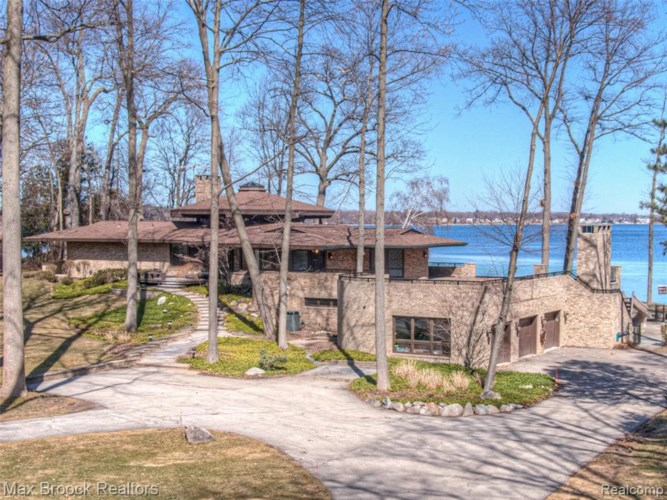 4200 COMMERCE RD, Orchard Lake, MI 48324