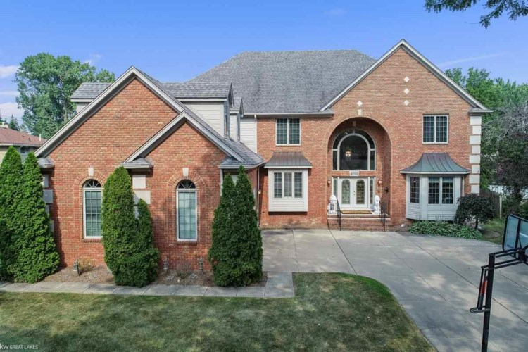494 Coventry Ln, Grosse Pointe Woods, MI 48236