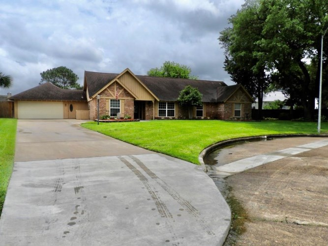 18515 Vinland Drive, Nassau Bay, TX 77058