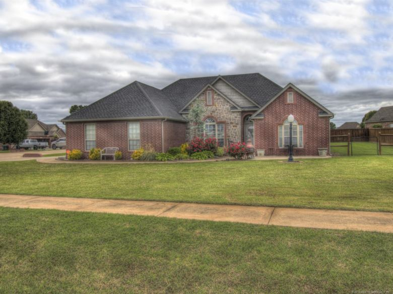 1208 S Hummingbird Place, Skiatook, OK 74070