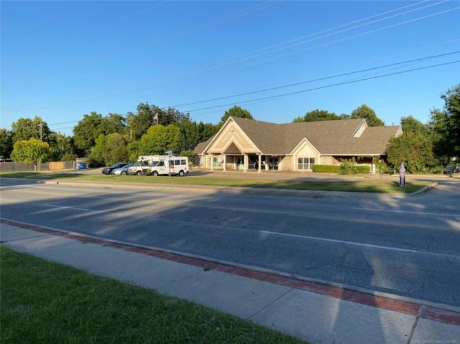2437 S Sheridan Road, Tulsa, OK 74129