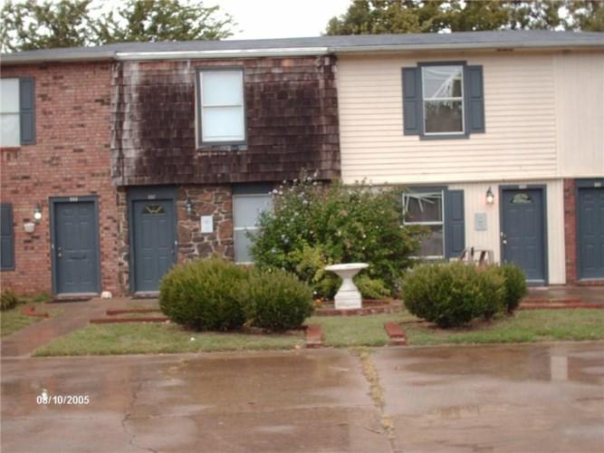 557 N Betty Jo Drive, Fayetteville, AR 72701