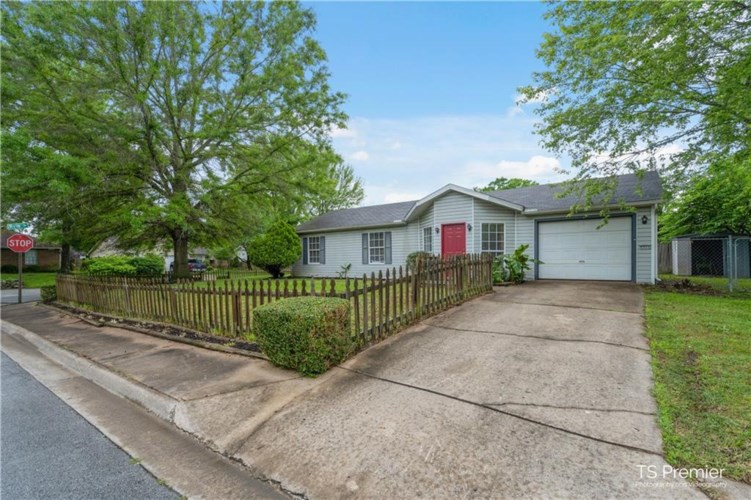 2311 S Camron Circle, Fayetteville, AR 72701
