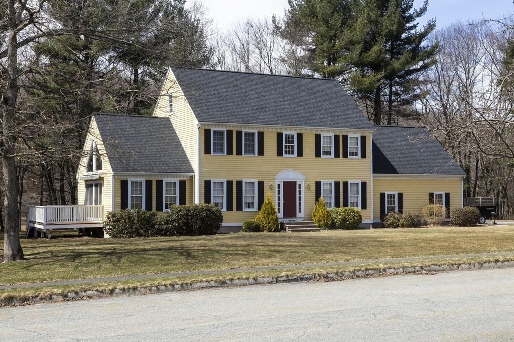 33 Colonial Dr , Westford, MA 01886