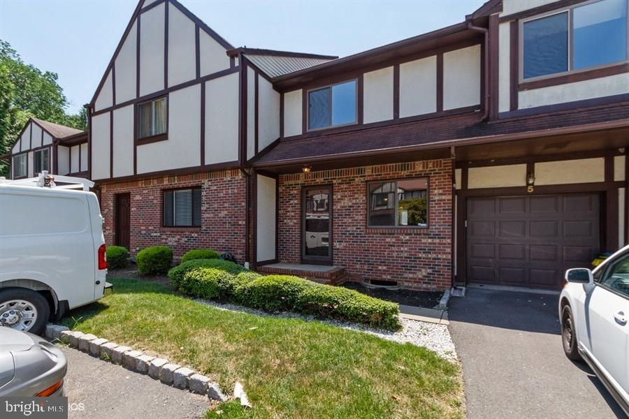 5 DEVONSHIRE CT, EWING, NJ 08628