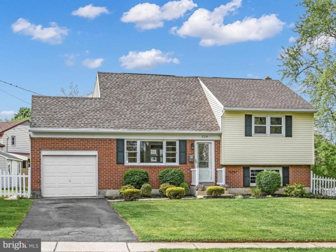 228 SHAKESPEARE DR, READING, PA 19608