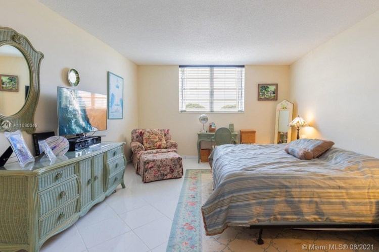 90 Edgewater Dr  #715, Coral Gables, FL 33133