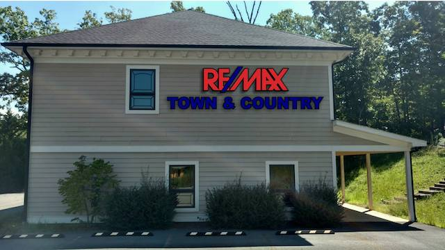 RE/MAX Town & Country photo
